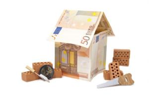 Ziegelsteine mit Geldhaus und Werkzeug
